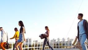 Een bedrijf van vrienden op het dak stock video