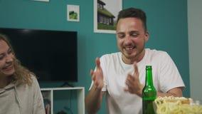 Een bedrijf van vrienden speelt een houten toren in een comfortabele woonkamer stock video