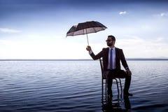 Een bedrijfsmens in een kostuum met een paraplu royalty-vrije stock foto's