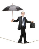 Een bedrijfspersoon die een paraplu houdt Stock Foto's