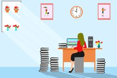 Een bedrijfsvrouw werkt aan heel wat administratie op het computerscherm in een bureau royalty-vrije stock afbeeldingen
