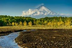 Een beek bij de bodem van de rokende vulkaan Stock Fotografie