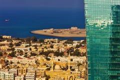 Een beeld die het contrast tussen oude en nieuwe architectuur in Doubai tonen Stock Afbeeldingen