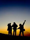 Een beeld een groep mensen bij zonsopgang Stock Foto's