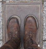 Bruine geregen laarzen Stock Foto