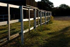 Een beeld van een witte houten omheining Stock Foto's