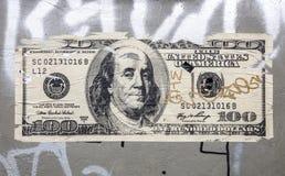 Een beeld van een grungemuur met een versleten 100 dollarnota Royalty-vrije Stock Afbeelding