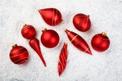 Een beeld van Kerstmisornamenten in sneeuw Stock Foto's