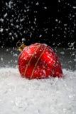Een beeld van Kerstmisornamenten in sneeuw Stock Foto