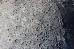 Een beeld van kraters op de oppervlakte van de maan stock foto's