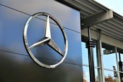Een Beeld van een Mercedes Benz-embleem - Slechte Pyrmont/Duitsland - 10/14/2017 Stock Foto