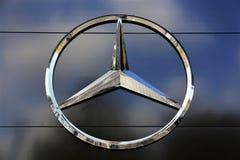 Een Beeld van een Mercedes Benz-embleem - Slechte Pyrmont/Duitsland - 10/14/2017 Stock Afbeelding