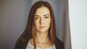 Een beeld van een modern roodharig meisje met sproeten Close-upportret die camera bekijken royalty-vrije stock foto's