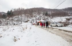 Een beeld van toerist begint de sneeuwberg te wandelen royalty-vrije stock afbeelding
