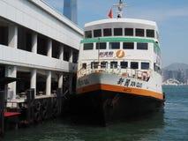 Een beeld van een veerboot in de Centrale Veerboot Pier No wordt gevestigd dat 5 in Hong Kong stock fotografie