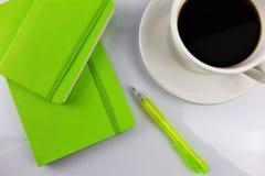 Een beeld van een Witboekblok met een pen en exemplaarruimte royalty-vrije stock foto