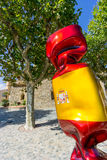 Een beeldhouwwerk, door Laurence Jenkell, die een bonbon, of suikergoed afschilderen met Spaanse vlag in Grimaud, Var wordt gesch Royalty-vrije Stock Afbeelding