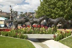 Een beeldhouwwerk van het lopen paarden en de mooie lente bloeit in Oude Stad van Scottsdale, Arizona Stock Fotografie