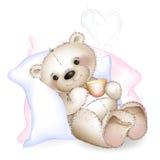 Een beer die in bed op hoofdkussens liggen Stock Foto's