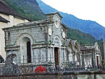 Een begraafplaats dichtbij de kerk in Someo, Magische Vallei of Valle Magia Valle Maggia stock foto