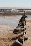 Een behoudende muur werd voortgebouwd op het strand in La bernerie-Engels-Retz (Frankrijk) Stock Afbeelding