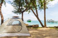 Een beige tent onder de boom op het strand in de zomer stock fotografie
