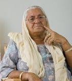 Een bejaarde dame in diepe gedachte Stock Fotografie