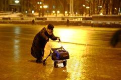 Een bejaarde in de straat van de stad van Minsk, 26 Januari 2016 Stock Foto's