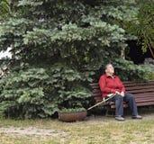 Een bejaarde in de tuin Stock Fotografie