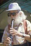 Een bejaarde die de klarinet speelt Royalty-vrije Stock Fotografie