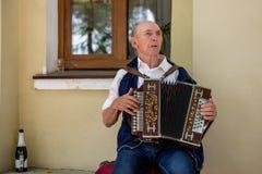 Een bejaarde die de Russische harmonika spelen Suzdal, Rusland stock afbeeldingen