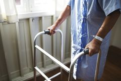Een bejaarde die een leurder gebruiken Royalty-vrije Stock Afbeeldingen