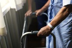 Een bejaarde die een leurder gebruiken Stock Afbeelding