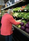 Een Bejaarde die voor Kool winkelen royalty-vrije stock foto's