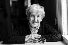 Een bejaarde, een grootmoeder Royalty-vrije Stock Fotografie