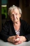 Een bejaarde grijs-haired vrouwengepensioneerde Royalty-vrije Stock Foto