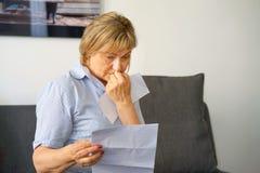 Een bejaarde kreeg een slechte brievenuvolnenii royalty-vrije stock foto