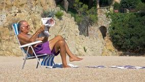 De bejaarde rust op een zonlanterfanter stock foto's