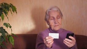 Een bejaarde met een creditcard stock videobeelden
