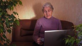 Een bejaarde met laptop stock footage