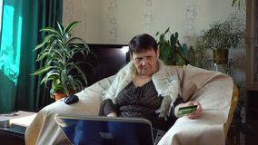 Een bejaarde probeert om voor een aankoop op Internet met een creditcard te betalen stock video