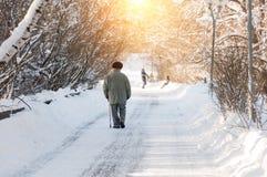 Een bejaarde wandelt in het stadspark na een zware sneeuwval Royalty-vrije Stock Foto