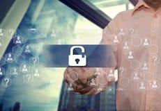 Een bejaarde zakenman kiest slot zoals de zaken van het veiligheidsschild op Internet op het aanrakingsscherm met een backgrou va royalty-vrije stock afbeelding