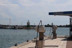 Een benzinestation in de D-Jachthaven in Kroatië Brandstof en olienetwerk van het Adriatische Overzees van het Mediterrane gebied stock fotografie