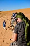 Een Berber neemt ons over de rug van een dromedaris naar haima maar houdt op om beelden te nemen Royalty-vrije Stock Foto's
