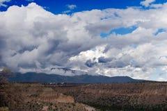 Een berg cloudsdscape stock foto's