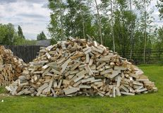 Een berg van gehakt brandhout voor een fornuis in een dorp Stock Fotografie