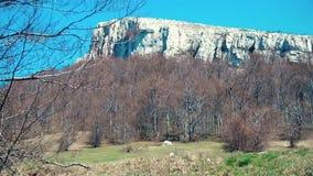 Een berg in zuidelijk Europa in de herfstweer stock footage
