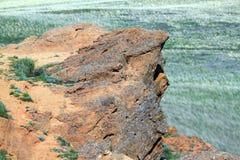 Een bergafgrond, een steen die over een leegte hangen Royalty-vrije Stock Afbeelding