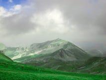 Een bergbovenkant en een ijzig meer stock foto's